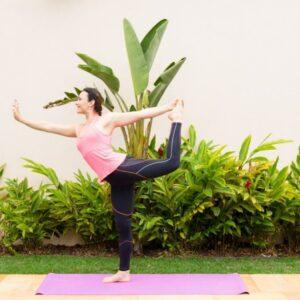 Nátarájásana : segure em seu tornozelo com a mesma mão do lado da perna e puxe seu pé para cima, ao mesmo tempo empurre a sua mão com a força da perna como se fosse estender o joelho. Permaneça por 5 a 10 respirações profundas. Faça igual para o outro lado.  Essa posição contribui para alongar as costas e bíceps. Desenvolve o equilíbrio, tônus pélvico e concentração.